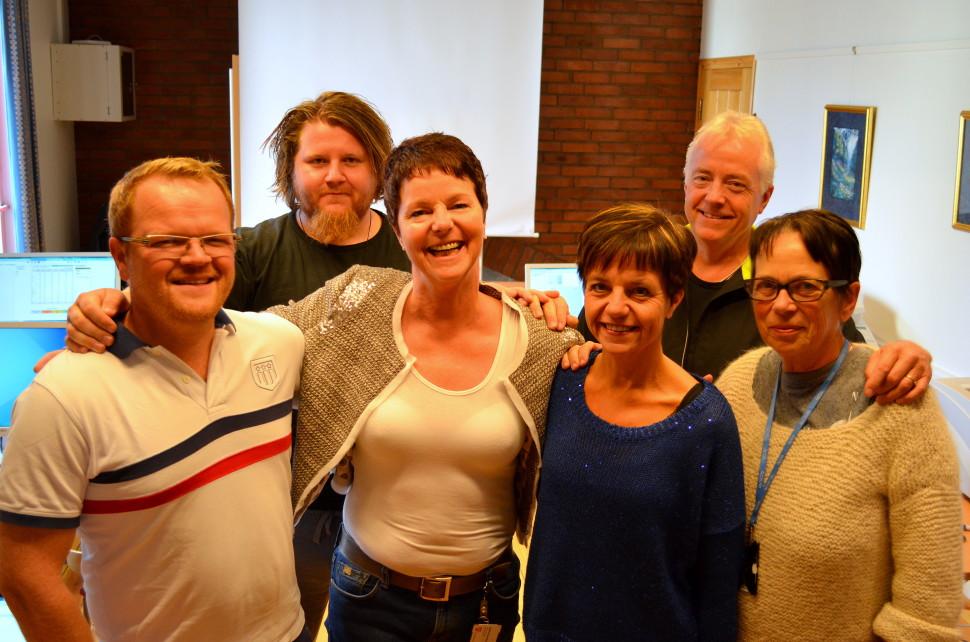 Et illustrasjonsbilde av ansatte i service- og IKT-staben. Fra venstre står Lars Rønningstad Bråthen, Remi Solberg, Heidi Nordermoen (leder) Nina Bårdseng, Bernt Østbye og Karin Schulstadsveen.