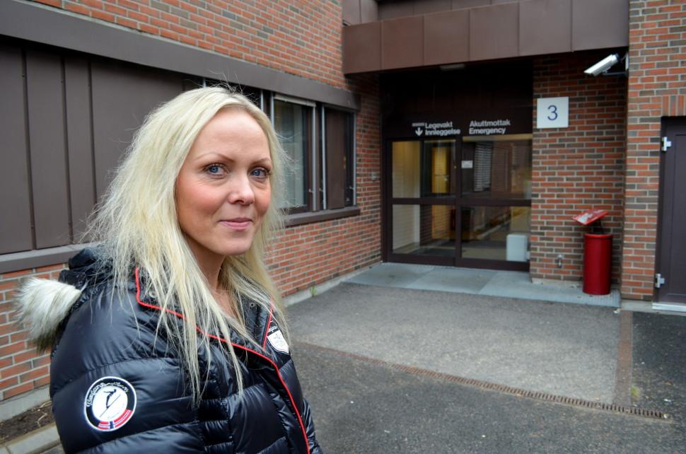 Enhetsleder for Elverum interkommunale legevakt, Mari Myrvang, utenfor hovedinngangen.