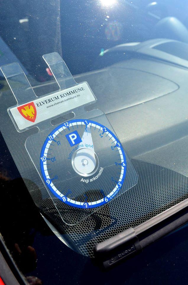 Parkeringsskiven skal plasseres godt synlig i bilens frontrute.